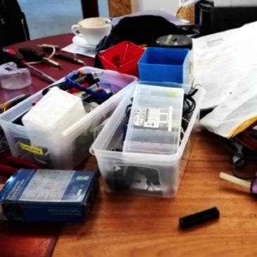 Besuch im Repaircafé: Miriam repariert ihren Mixer